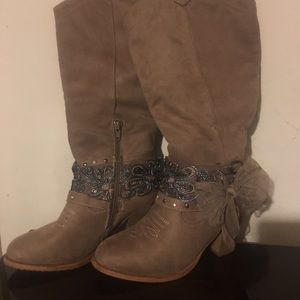 Boots size 8 M